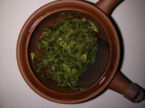 Teeblätter in der Kanne
